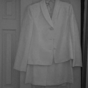 Two pieces skirt suit with three buttons and split